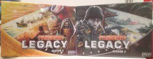 Beide Spielboxvarianten von Pandemic Legacy Season 2