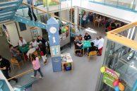 Blick auf das Erdgeschoss von Aschaffenburg spielt: Tische mit Bridge, Uhr und Aufzug
