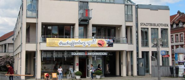 Blick auf die Stadtbibliothek inklusive Banner von Aschaffenburg spielt