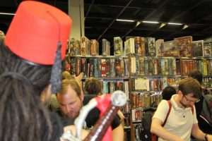 Aladdin vor einem Verkaufsstand von Brettspielen