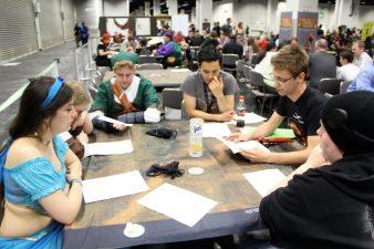 Gruppe beim Spielen von Dragon Legion