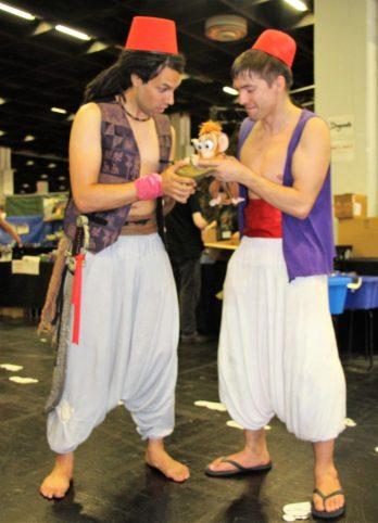 Zwei Aladdins mit Wunderlampe und Apu, dem Affen