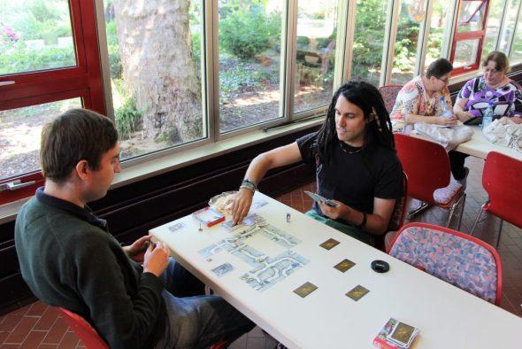Zwei Personen beim Spielen von Saboteuer - Das Duell