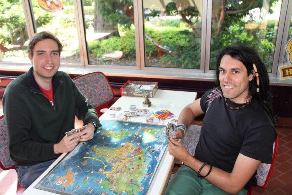 Zwei Personen beim Spielen von Expedition
