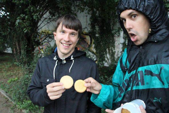 Zwei Personen essen Kekse
