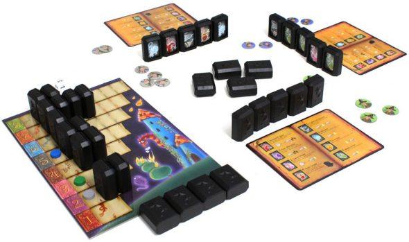 Spielsituation von Simsala Bumm, drei Spieler mit ihren Blöcken und Tableau sowie Gesamttableau | Bildquelle: Pegasus Spiele