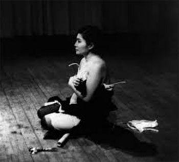 Yoko Ono Cut's Piece Peformance en 1964