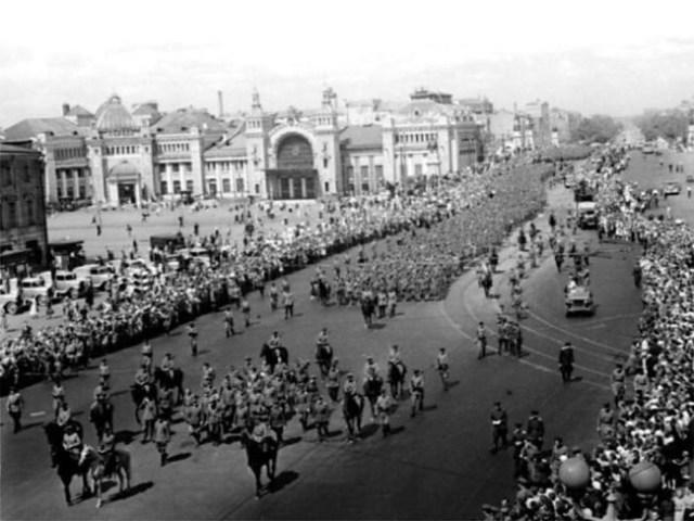 Кто дирижировал «Большим вальсом» в Москве и как сложилась дальнейшая судьба организаторов «парада побеждённых»