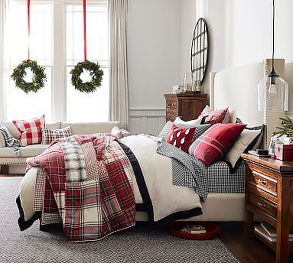 Amazing Winter Bedding Ideas To Get A Cozy Bedroom 31