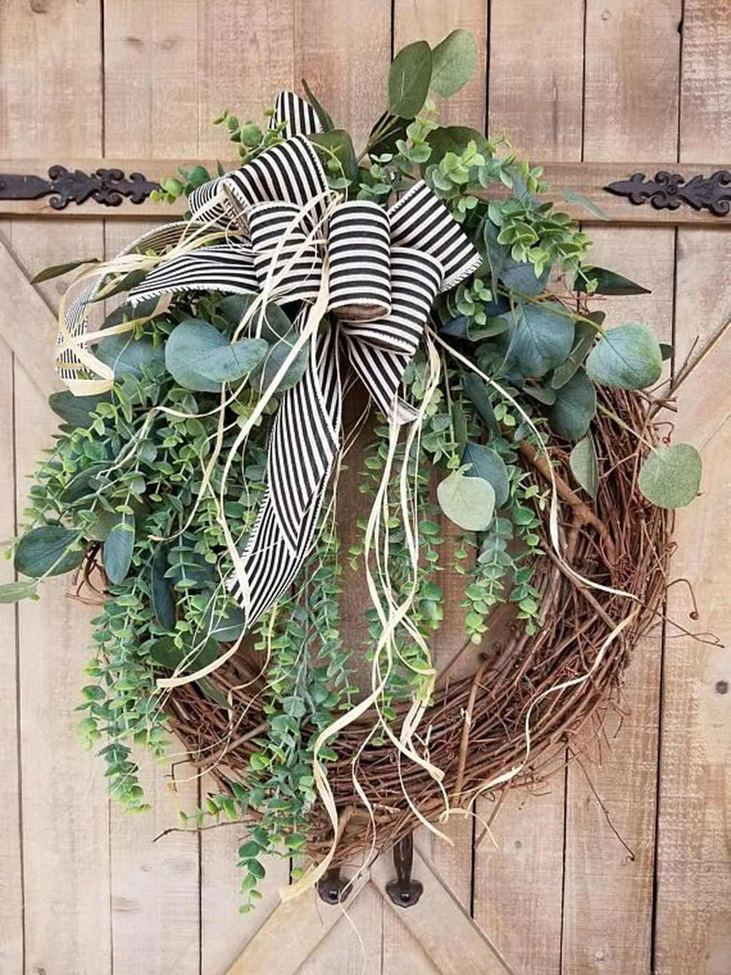 Awesome Winter Door Wreaths You Can Try This Season 20