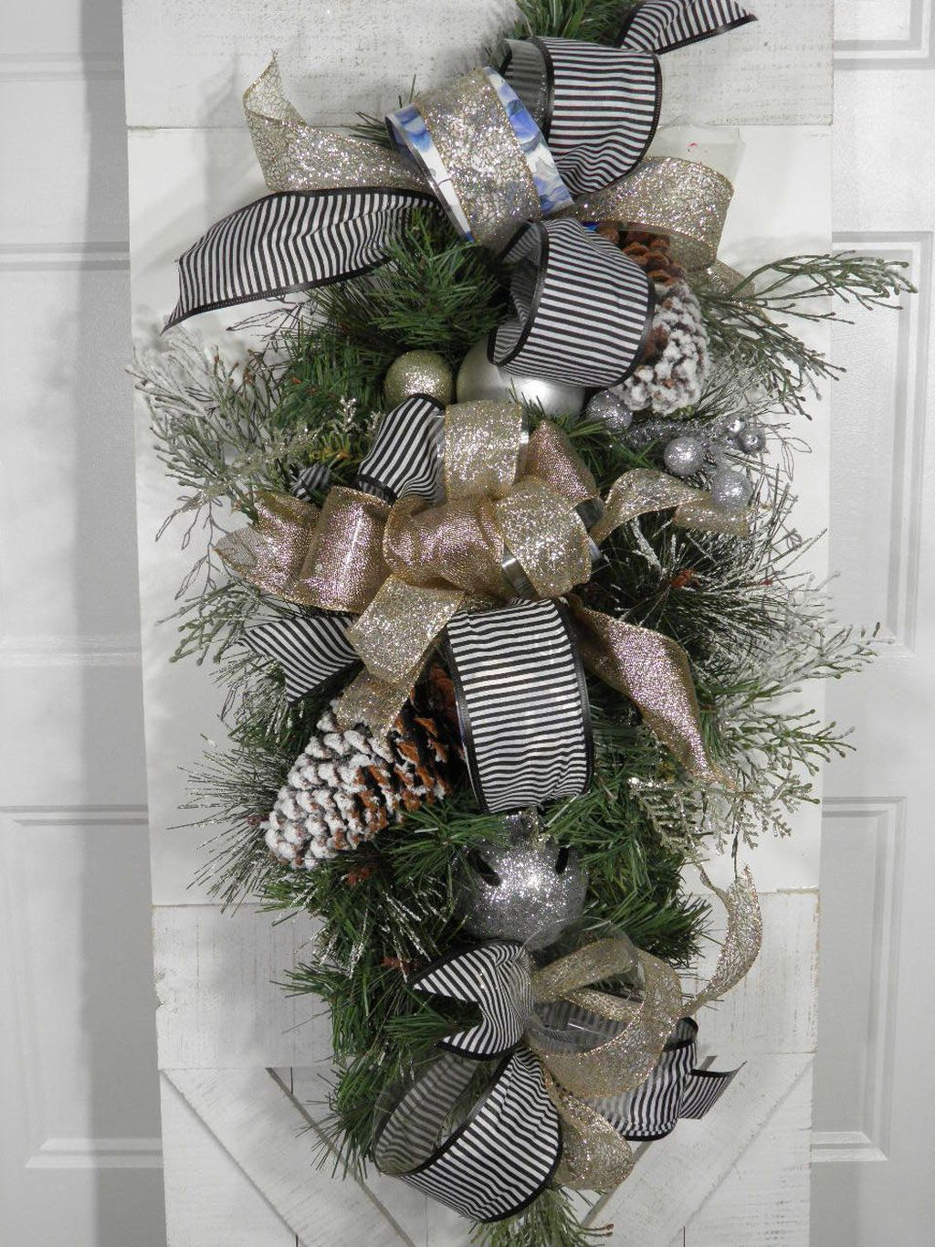 Awesome Winter Door Wreaths You Can Try This Season 24