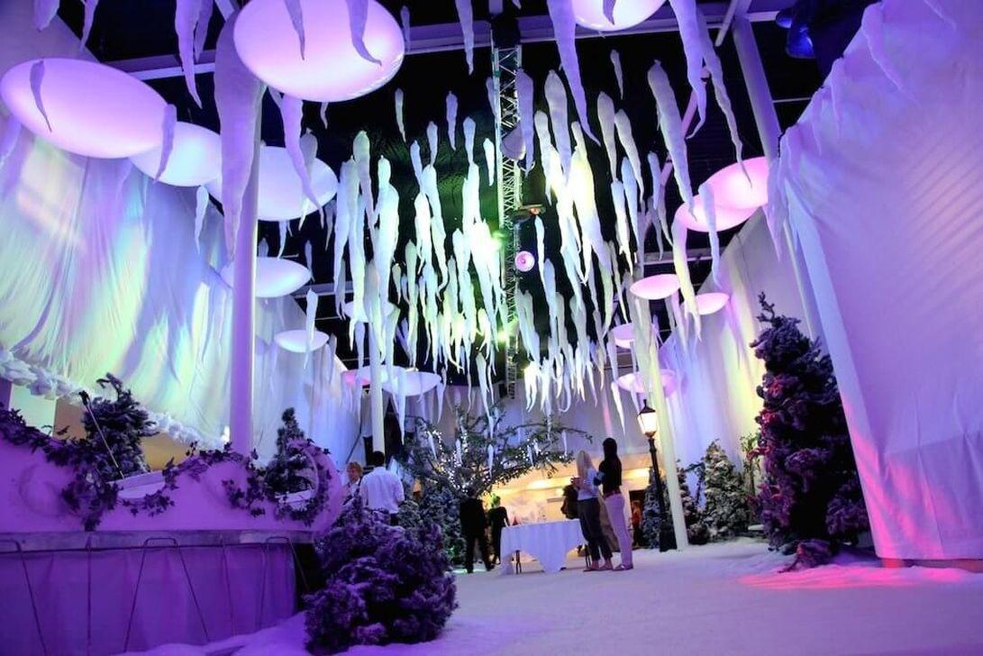 Beautiful Winter Wonderland Lighting Ideas For Outdoor And Indoor Decor 39