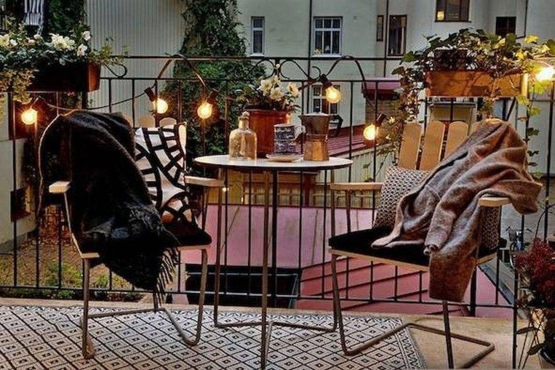 Stunning Winter Balcony Decorating Ideas 28