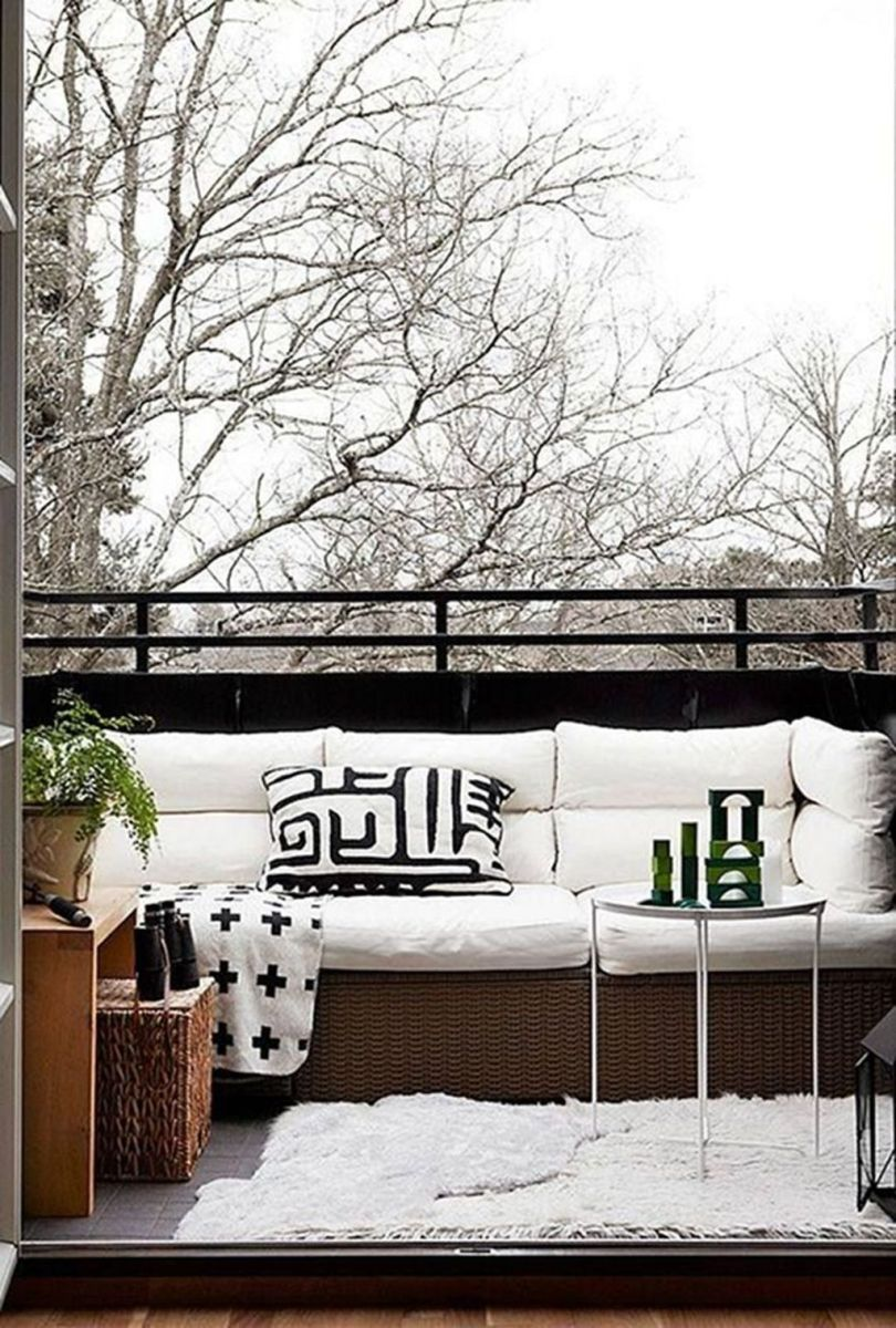 Stunning Winter Balcony Decorating Ideas 32