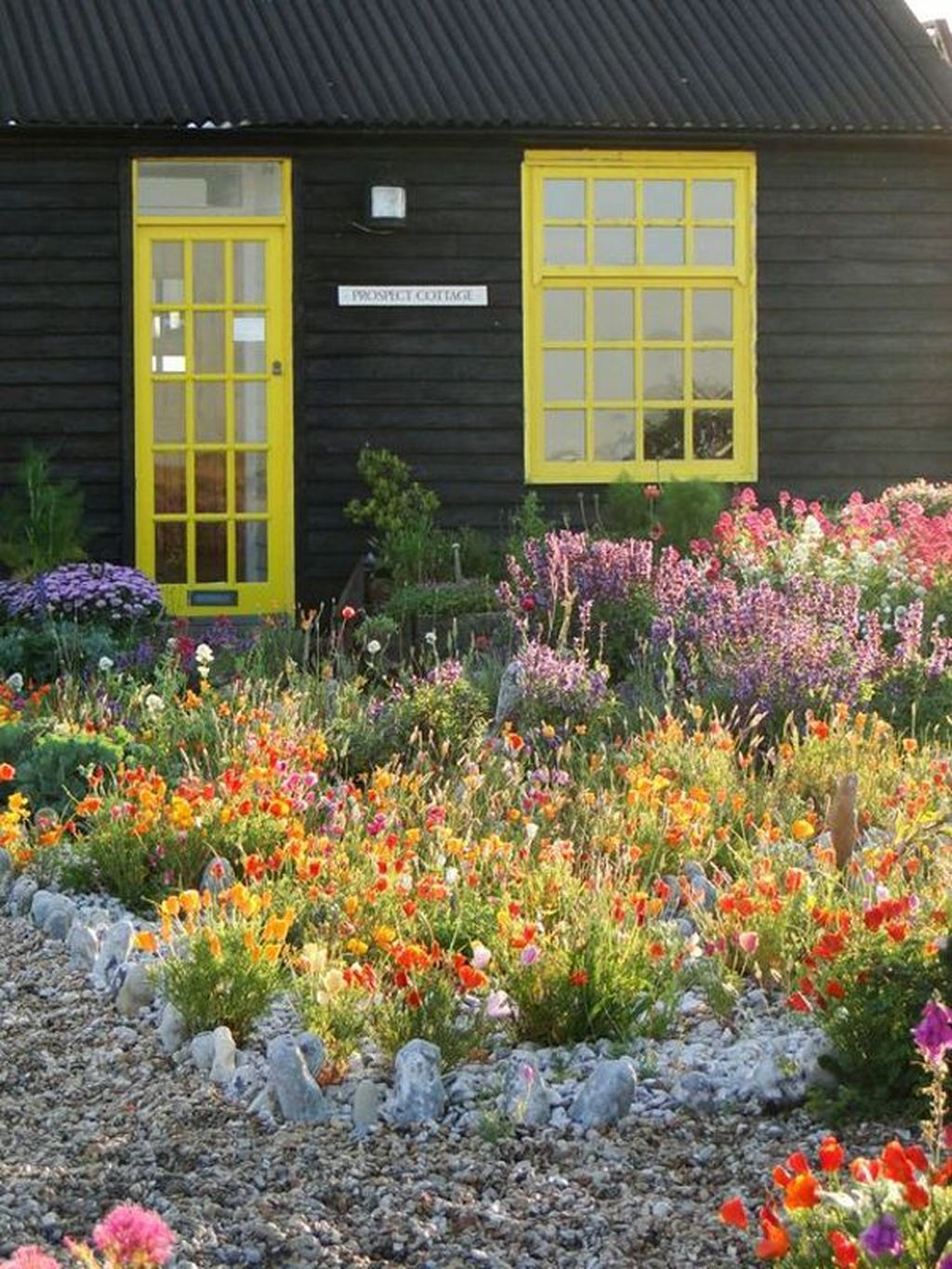 Lovely Flower Garden Design Ideas To Beautify Your Outdoor 31