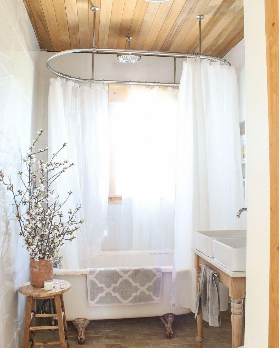 Lovely Relaxing Farmhouse Bathroom Decor Ideas 23