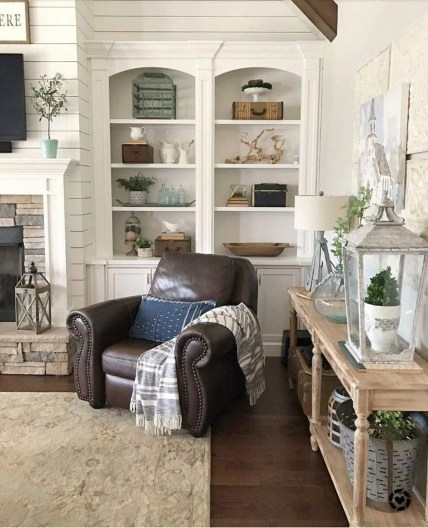 Pretty Bookshelves Design Ideas For Your Family Room 14