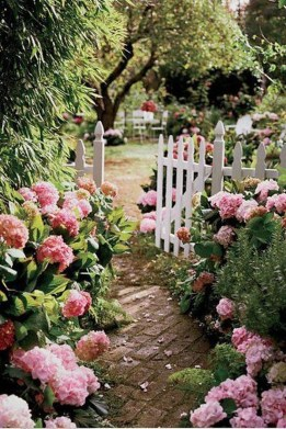 Pretty Frontyard Landscaping Design Ideas 07