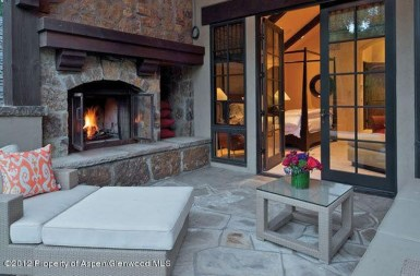 Pretty Seating Area Ideas With Outside Fireplace 25