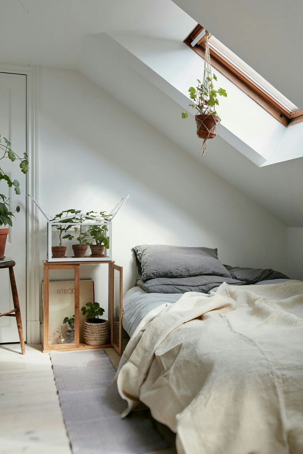Elegant Small Attic Bedroom For Your Home 32