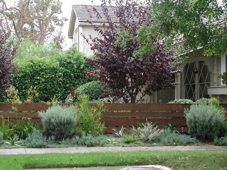 Relaxing Front Yard Fence Remodel Ideas For Your Home 23