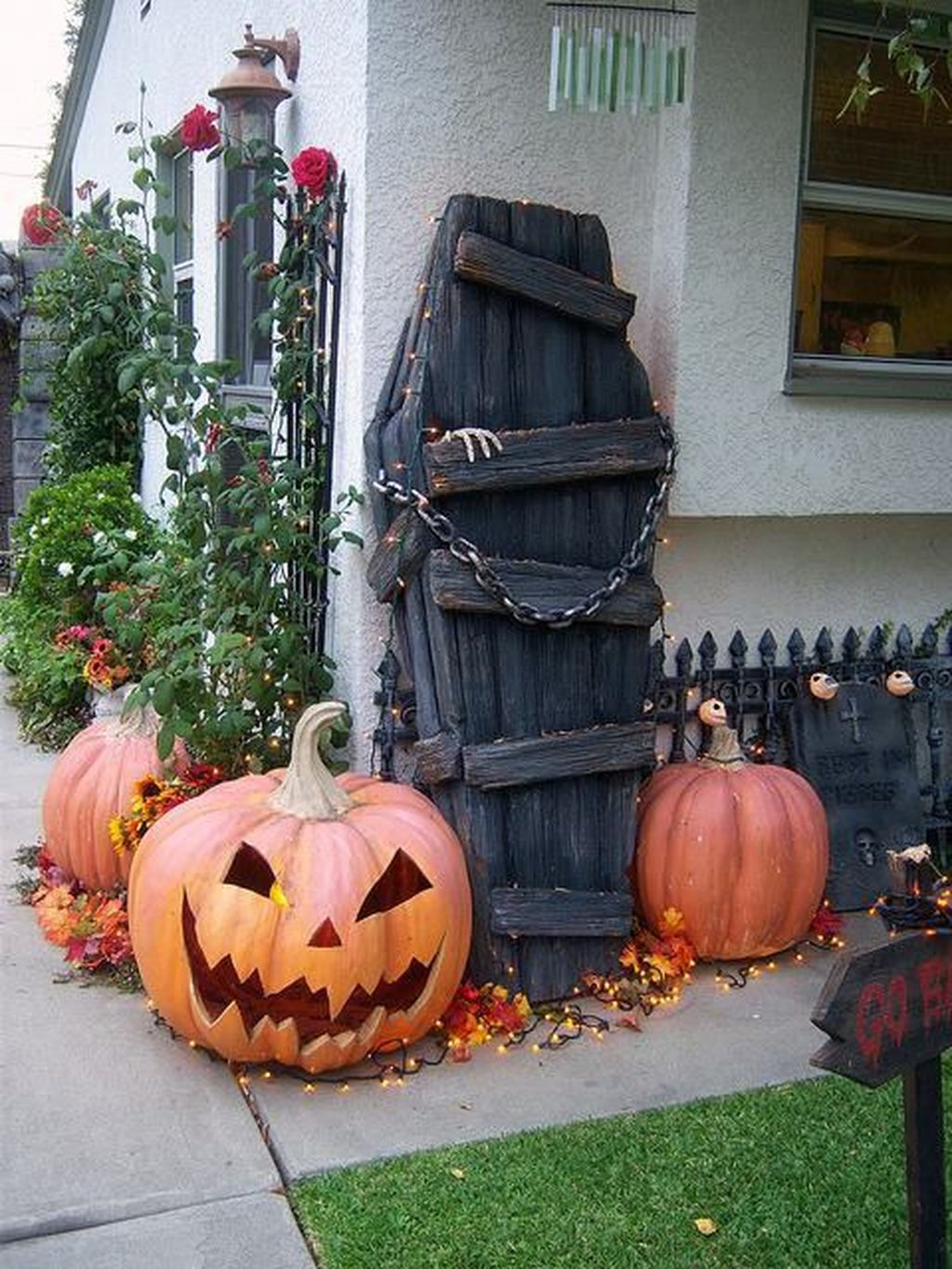 Top Halloween Outdoor Decorations To Terrify People 35