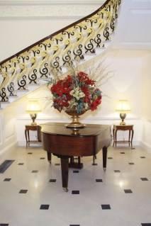 Best Christmas Decorations That Turn Your Staircase Into A Fairy Tale 03