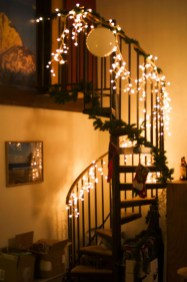 Best Christmas Decorations That Turn Your Staircase Into A Fairy Tale 36