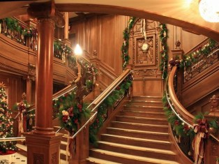 Best Christmas Decorations That Turn Your Staircase Into A Fairy Tale 45