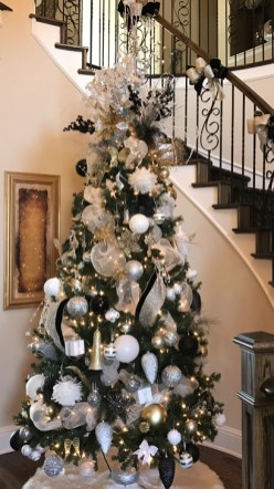 Totally Inspiring Black And Gold Christmas Decoration Ideas39