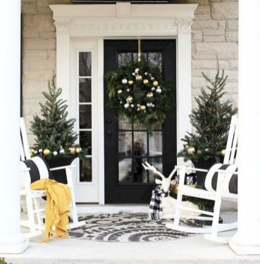 Welcoming Christmas Entryway Decoration For Your Home 24