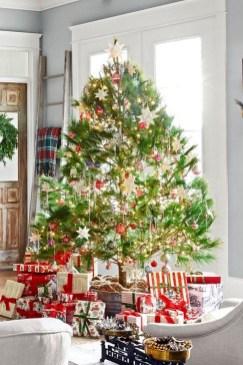 Charming Traditional Christmas Tree Decor Ideas 06