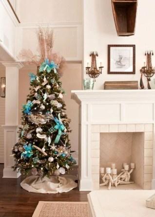 Charming Traditional Christmas Tree Decor Ideas 18