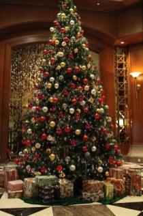 Charming Traditional Christmas Tree Decor Ideas 20