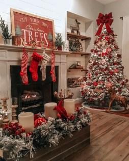 Charming Traditional Christmas Tree Decor Ideas 22
