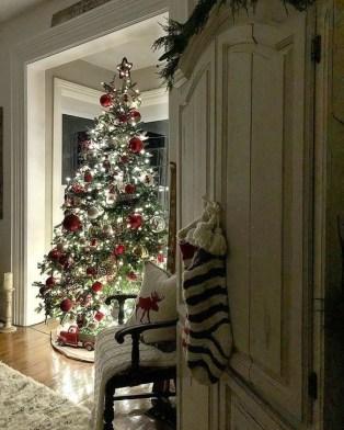 Charming Traditional Christmas Tree Decor Ideas 26
