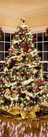 Charming Traditional Christmas Tree Decor Ideas 33