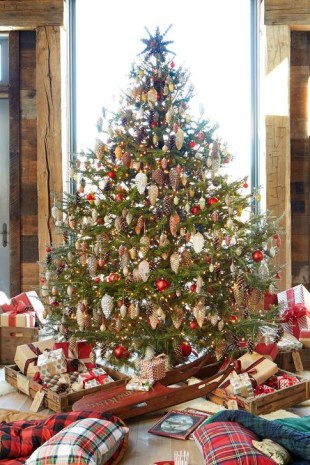 Charming Traditional Christmas Tree Decor Ideas 34