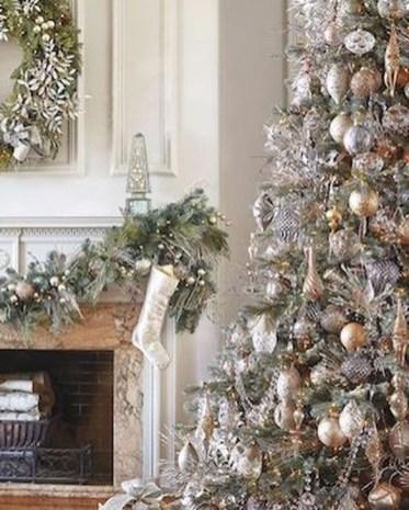 Charming Traditional Christmas Tree Decor Ideas 36
