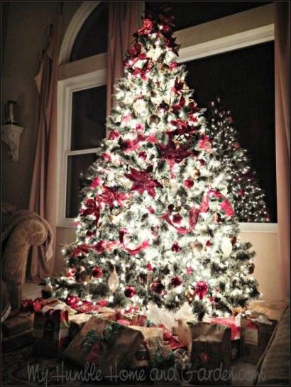 Charming Traditional Christmas Tree Decor Ideas 37