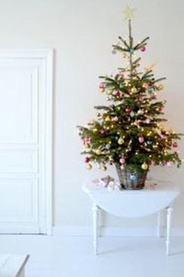 Charming Traditional Christmas Tree Decor Ideas 48