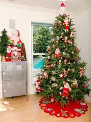 Charming Traditional Christmas Tree Decor Ideas 49