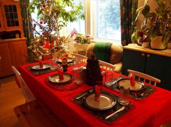 Eye Catching Kitchen Table Christmas Decoration Ideas 44
