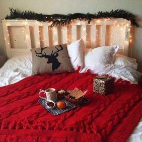 Pretty Christmas Decoration Ideas For Your Bedroom 03