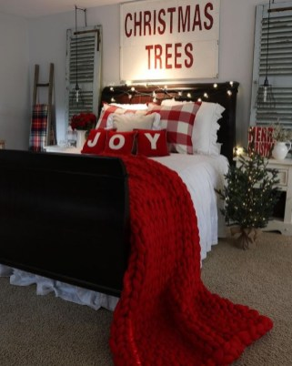 Pretty Christmas Decoration Ideas For Your Bedroom 19