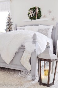 Pretty Christmas Decoration Ideas For Your Bedroom 33