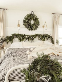Pretty Christmas Decoration Ideas For Your Bedroom 34