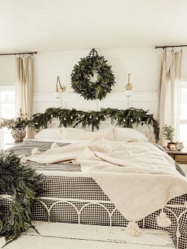 Pretty Christmas Decoration Ideas For Your Bedroom 37