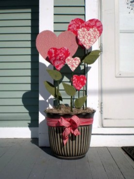 Best Ideas To Decorate Your Porch For Valentines Day 43