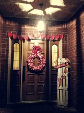 Elegant Front Porch Valentines Day Decor Ideas 07